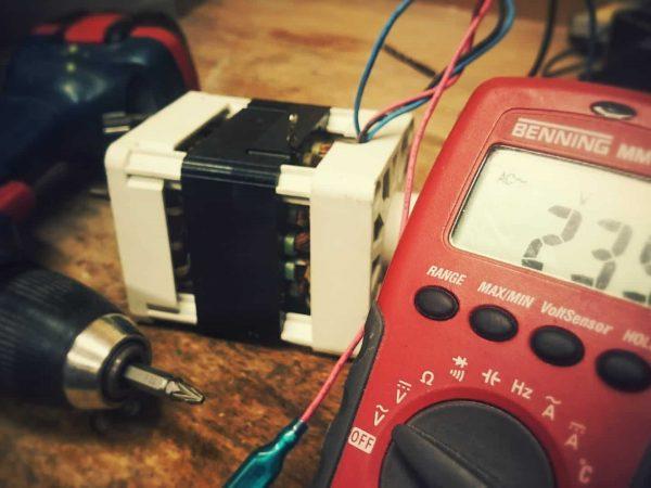 Imagem mostra close de um instrumento de medição de corrente.