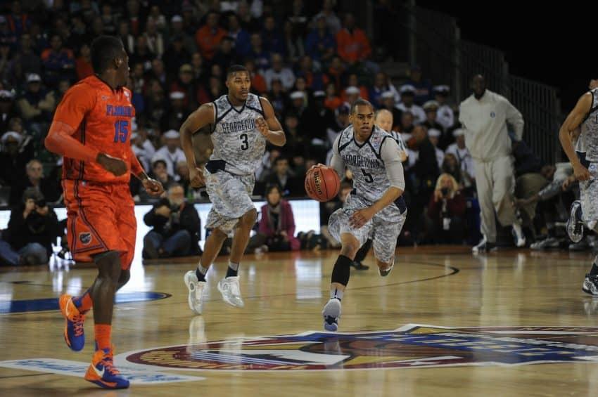 atletas jogando basquete de quadra