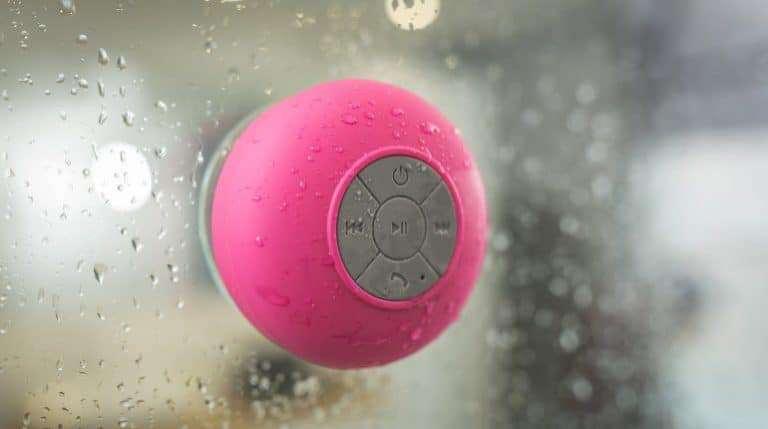 Caixa de som Bluetooth Rosa com respingos de água