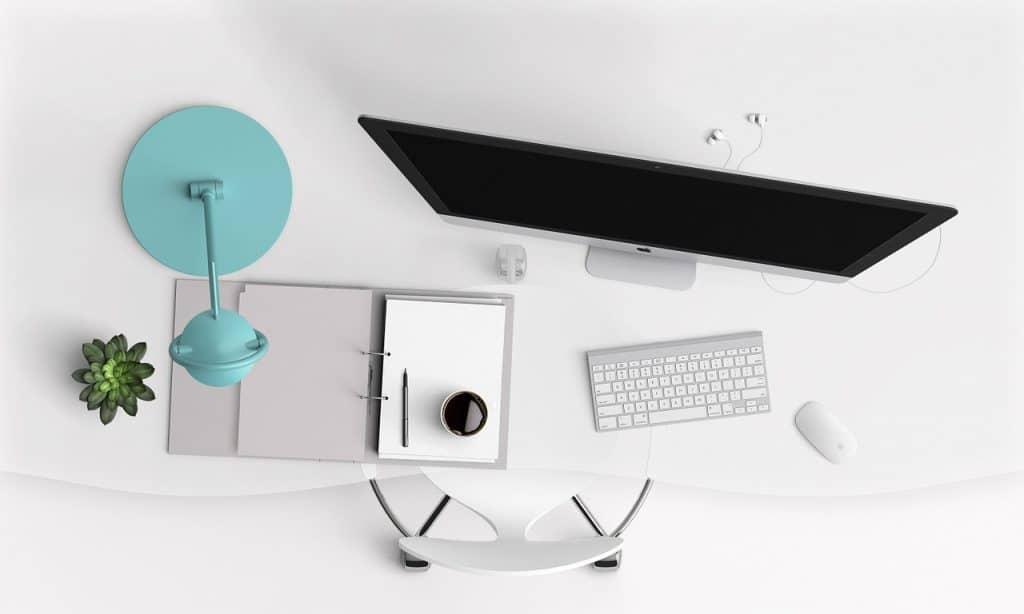 Imagem mostra computador all in one em escrivaninha.