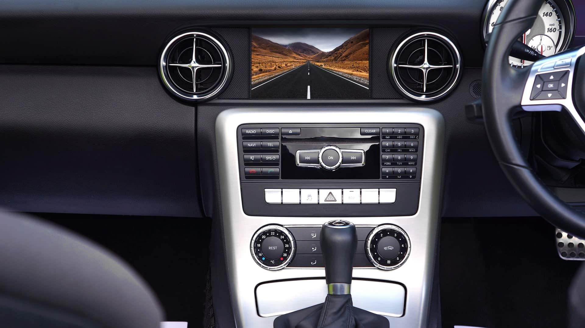 DVD player no painel de um carro.