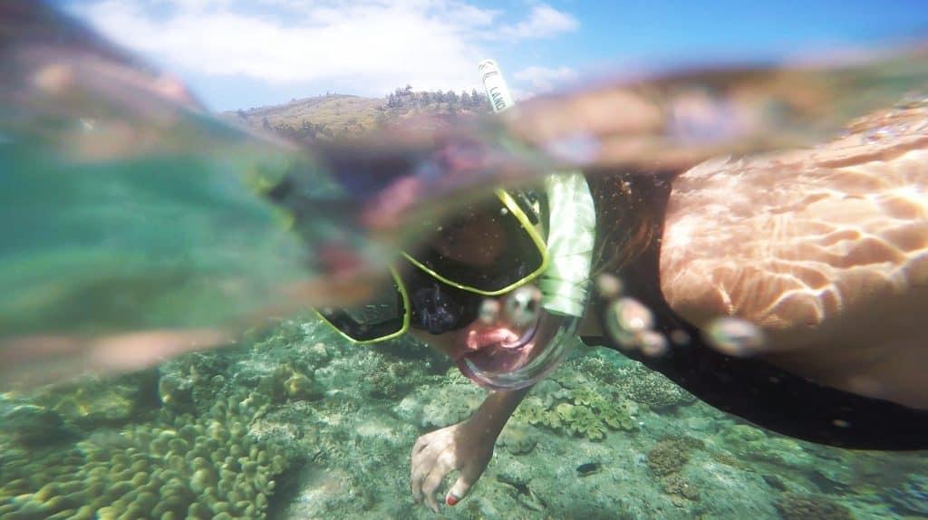 registro com câmera de ação de garota mergulhando em água cristalina