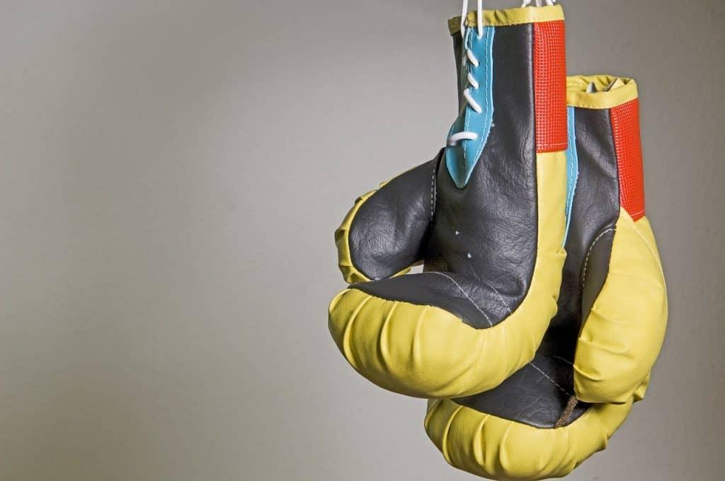 Imagem mostra luvas de boxe com fecho de cadarço