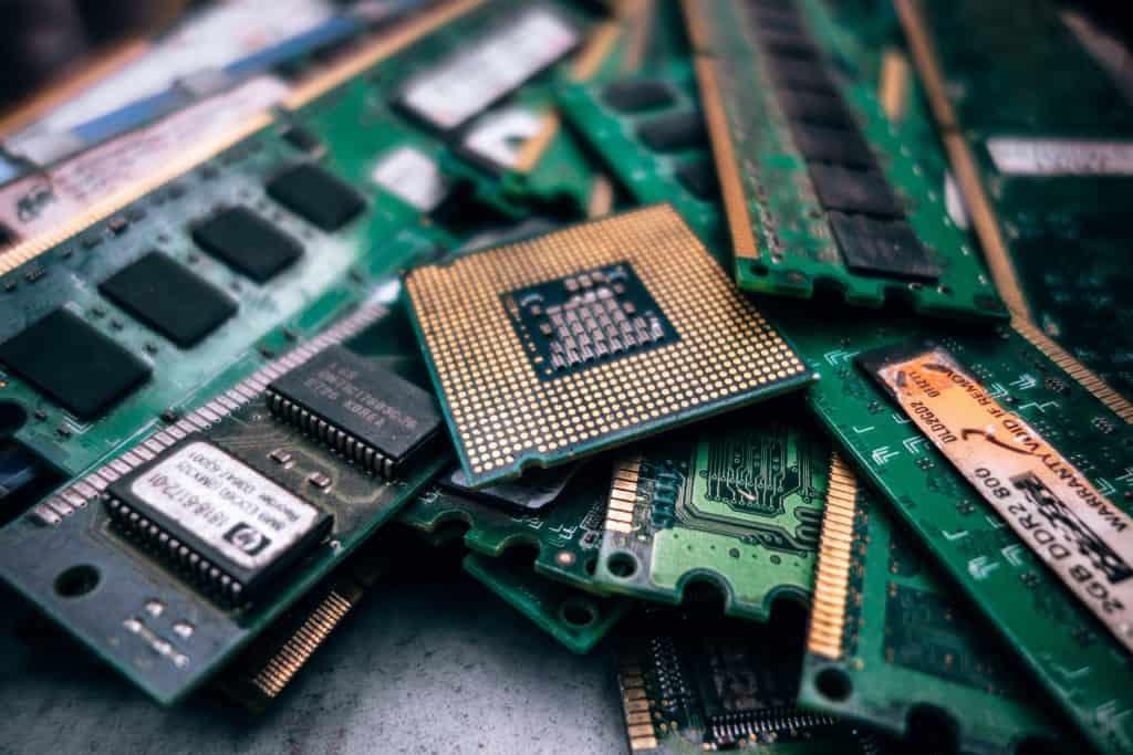 Imagem mostra memórias de computador em close.