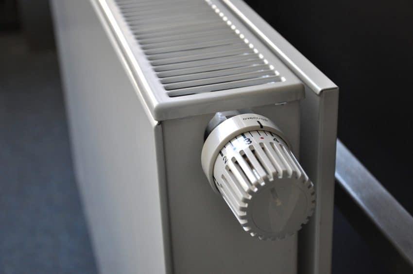 Imagem mostra um aquecedor e seu seletor de temperatura.