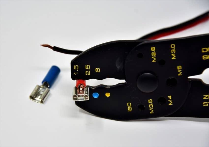 Imagem mostra utilização de um alicate de crimpar.