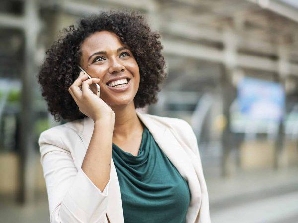 Imagem mostra mulher falando ao telefone celular.