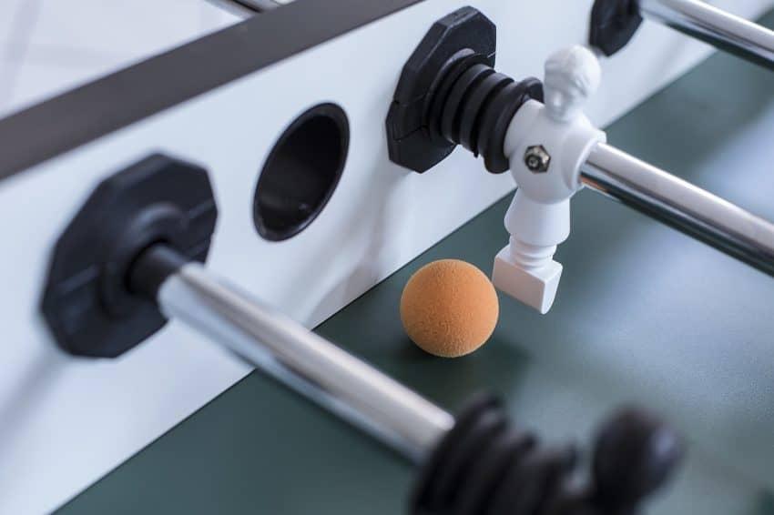 Imagem mostra mesa de pebolim em close.