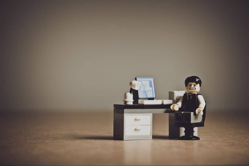 Imagem mostra boneco de Lego com expressão assustada em frente ao PC.