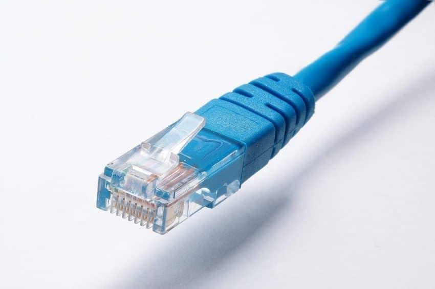 Imagem mostra cabo de rede, uma aplicação de alicates de crimpar.