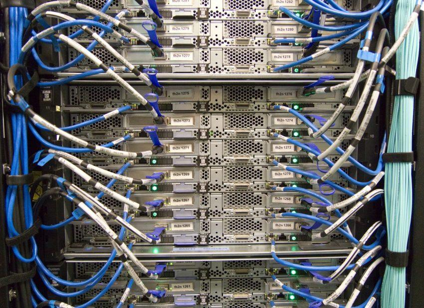 Imagem mostra cabos de rede conectados a um computador.