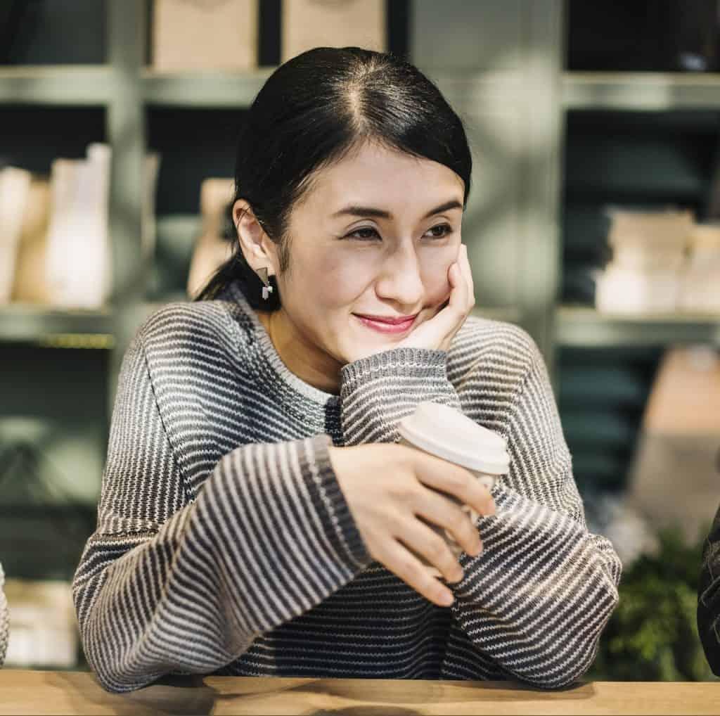 mulher tomando café pela manhã