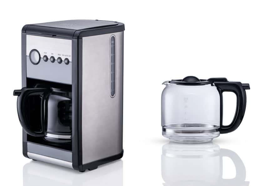 Imagem mostra cafeteira elétrica com jarra de vidro.