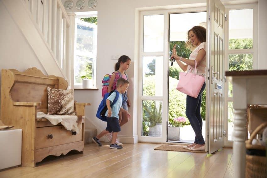 Imagem mostra mãe chamando crianças indo para o primeiro dia de aula.