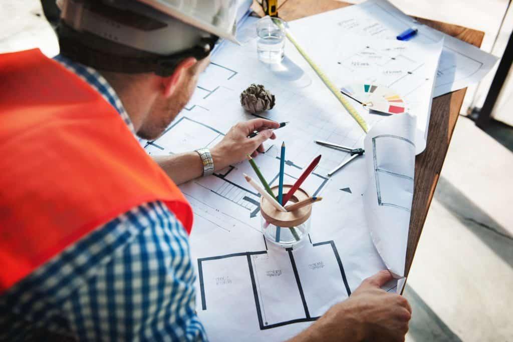 engenheiro civil escrevendo projetos
