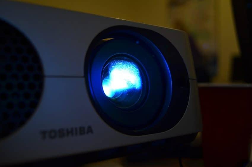 Imagem mostra projetor com a lâmpada em close.
