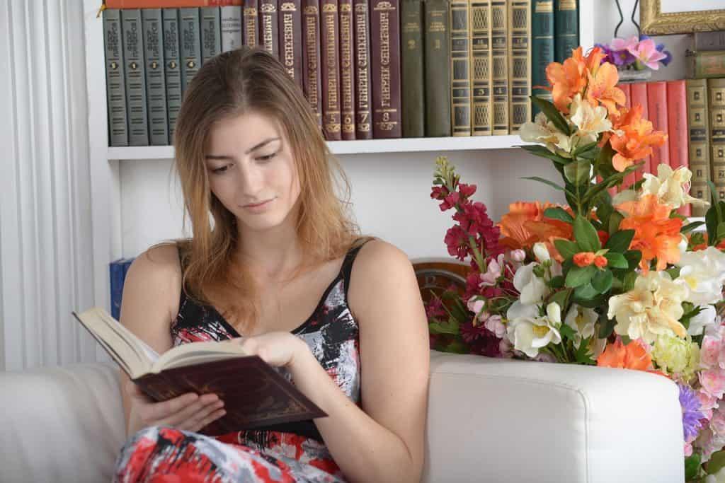 mulher lendo livro sentada