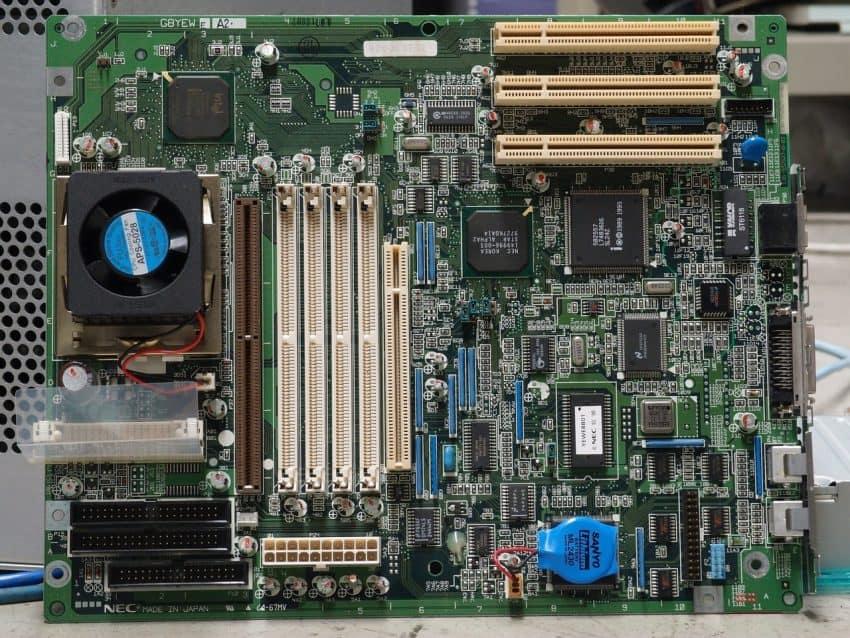 Imagem mostra placa mãe de computador.