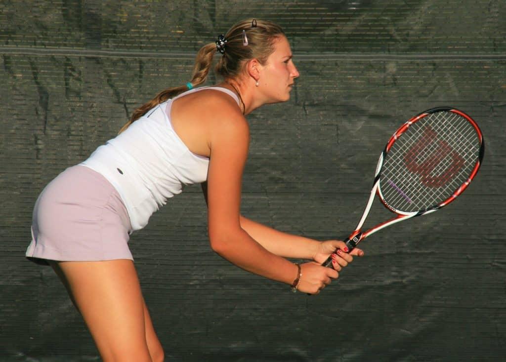 jogadora de tênis de perfil segurando raquete