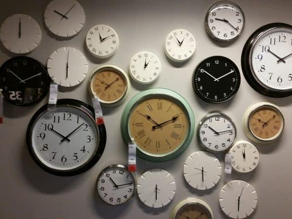 Imagem mostra parede decorada com diversos modelos de relógios.