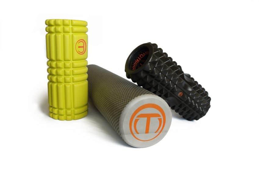 Imagem mostra três rolos de massagem empilhados.