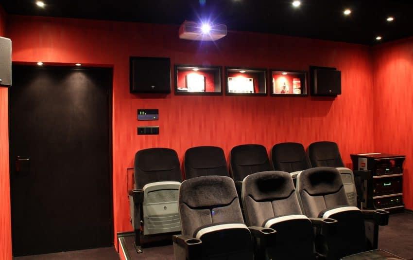 Imagem que mostra um projetor em uso, como cinema em casa.