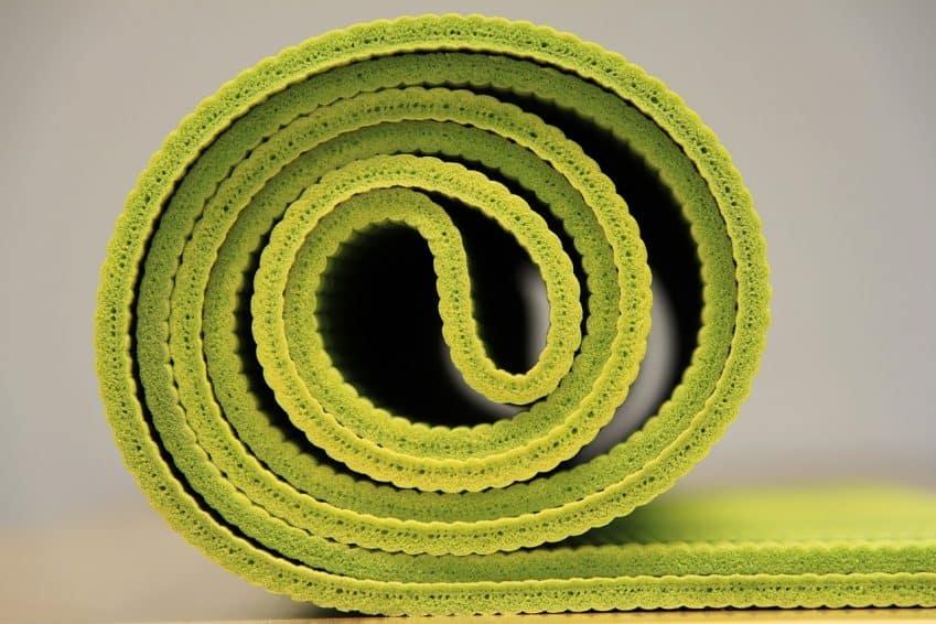 Imagem mostra detalhes de espessura e material de um tapete de yoga.