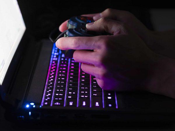 Imagem mostra teclado gamer em close.