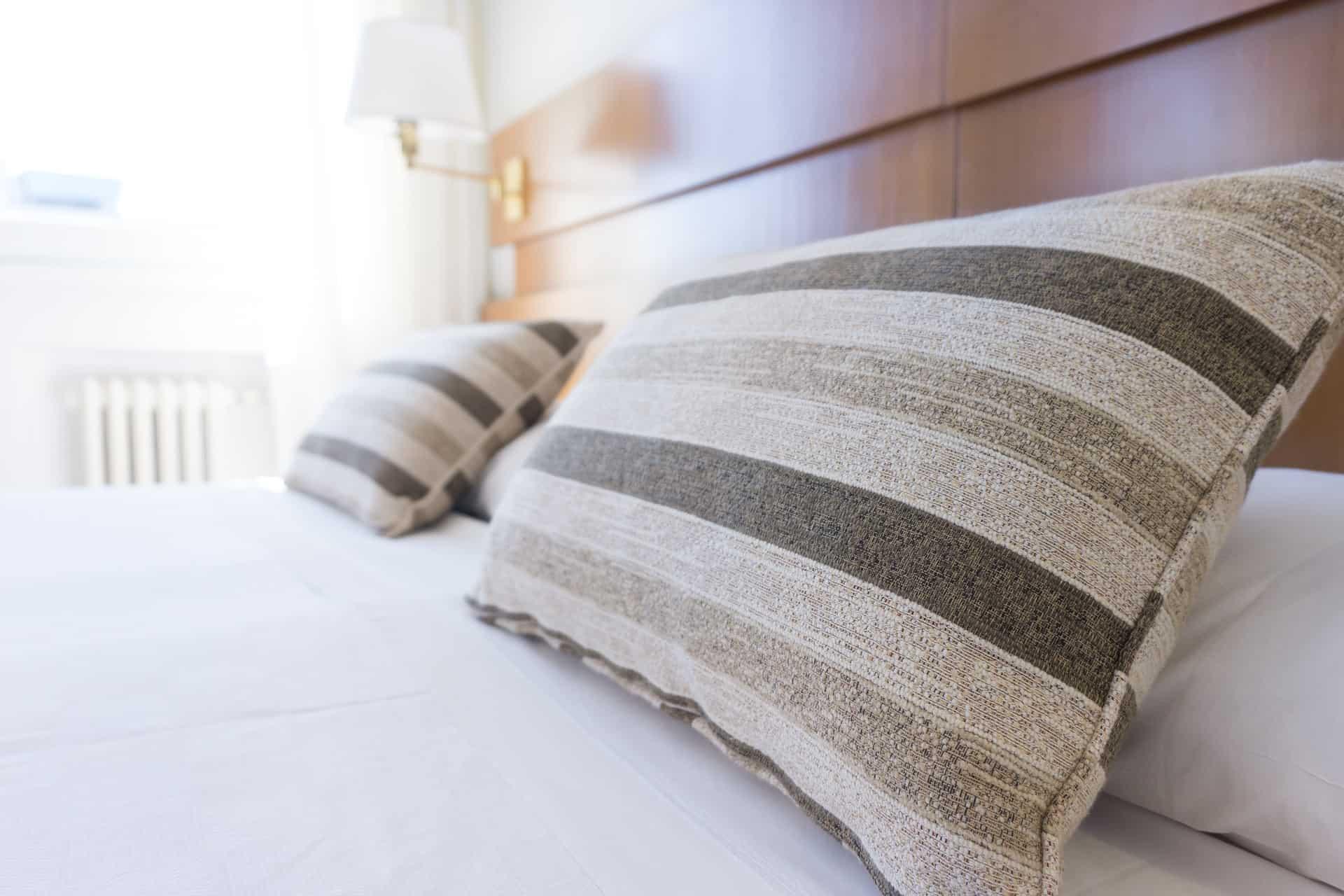 Imagem de almofadas sobre a cama.
