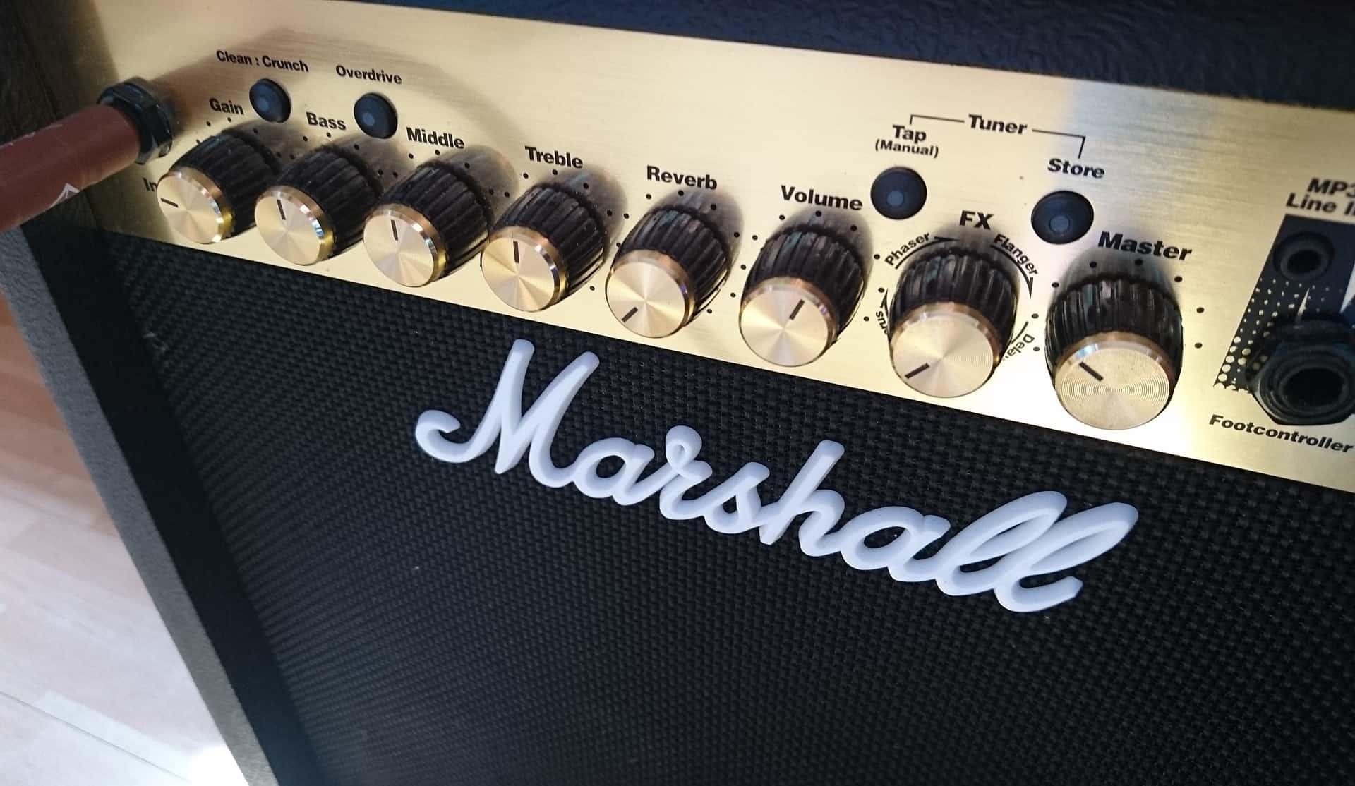 Imagem de um amplificador para guitarra Marshall.