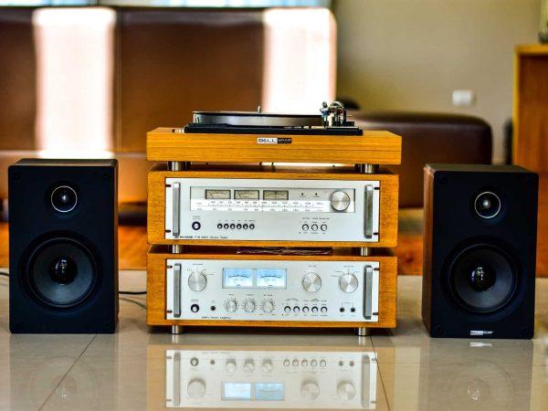 Imagem de um aparelho de som vintage.