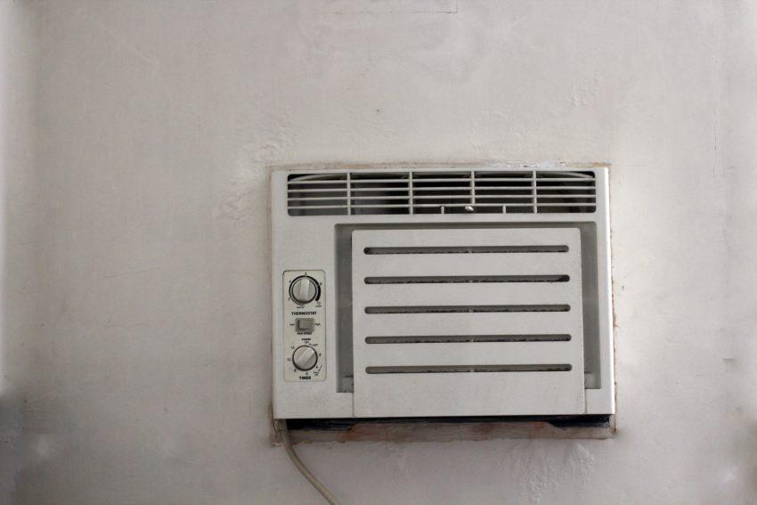 Imagem mostra um ar condicionado instalado em uma parede.