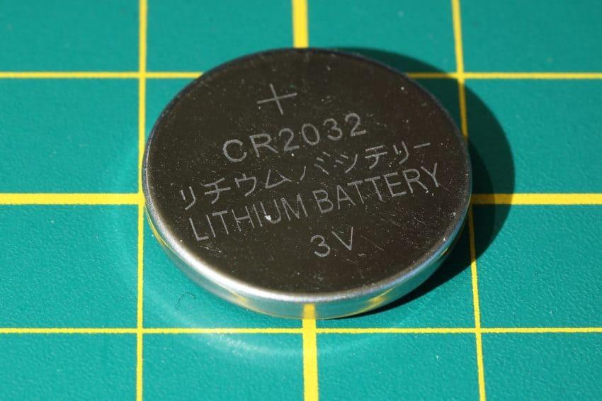 Imagem mostra bateria de lítio de 3V em close.