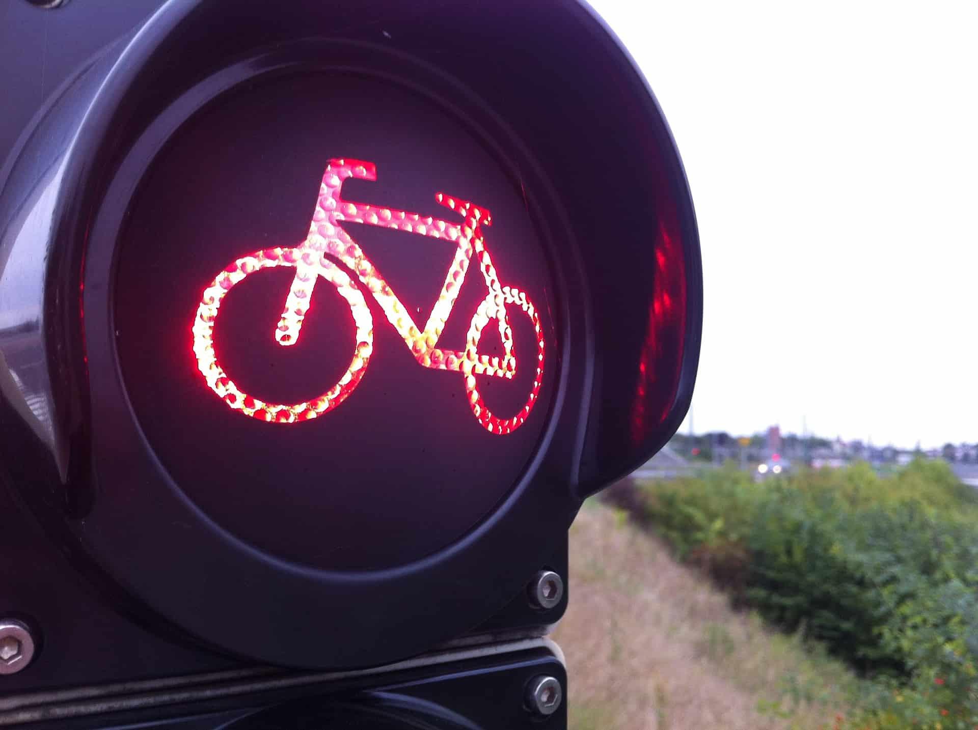 Imagem mostra semáforo em close mostrando bicicleta em luz vermelha.
