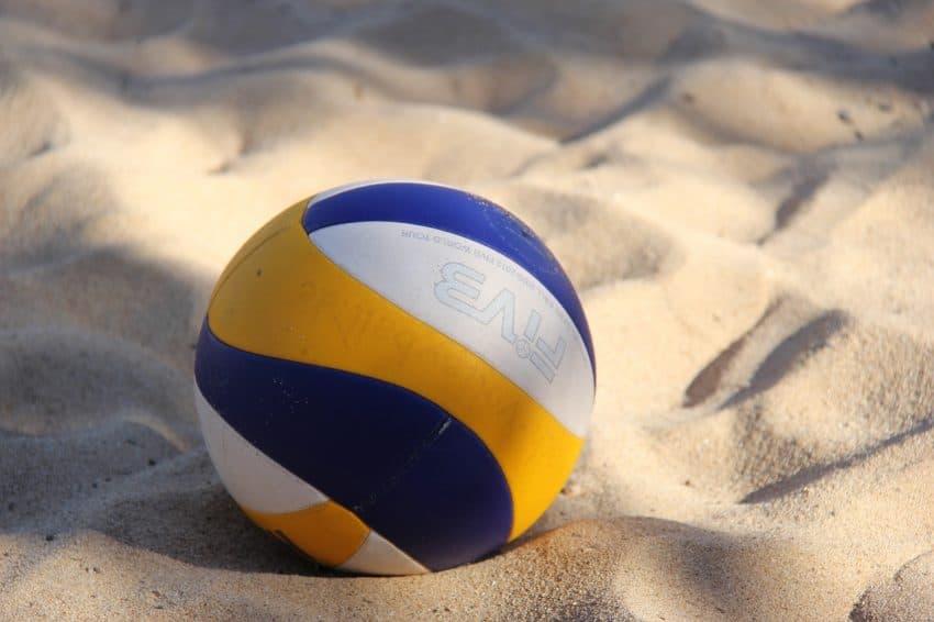 Bola de vôlei de praia disposta sobre a areia.