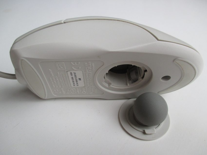 Imagem mostra mouse antigo em um fundo branco.