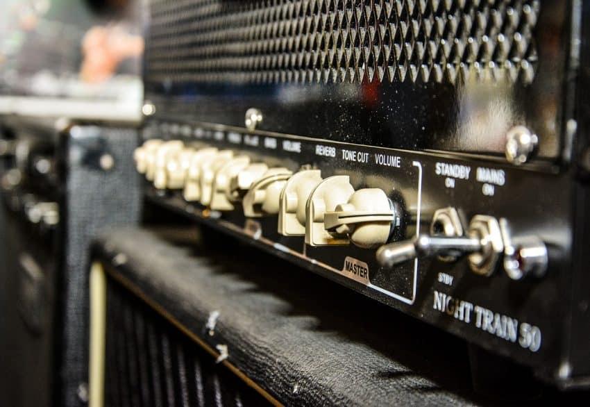 Imagem dos botões de um amplificador em close.