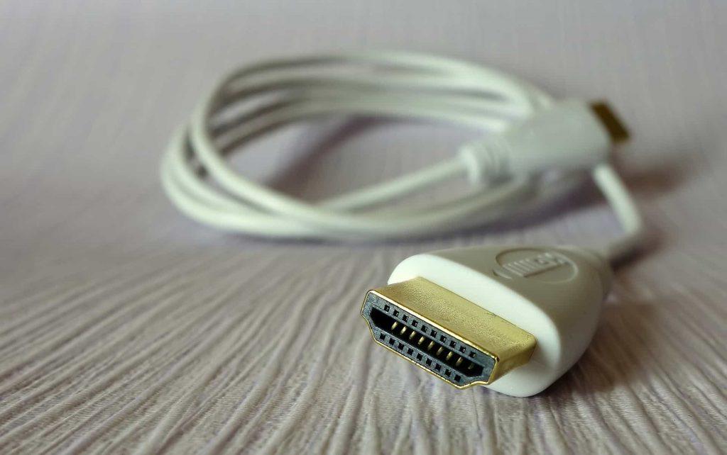 Imagem mostra close de um cabo com entrada HDMI.
