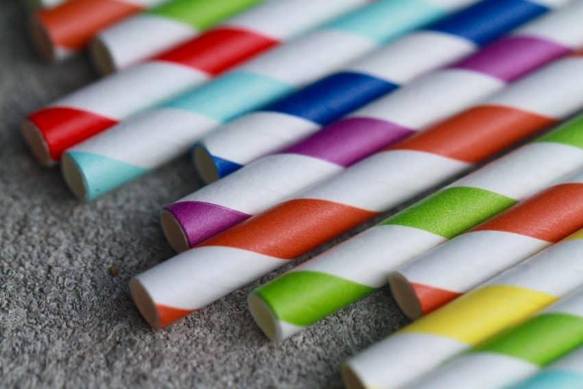 Imagem de vários canudos feitos de papel.