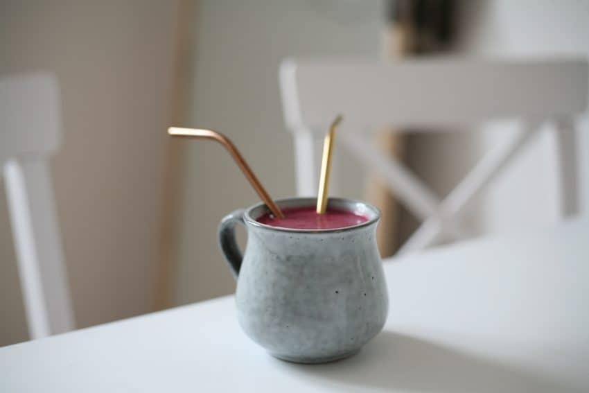 Imagem de dois canudos de inox dentro de uma xícara.