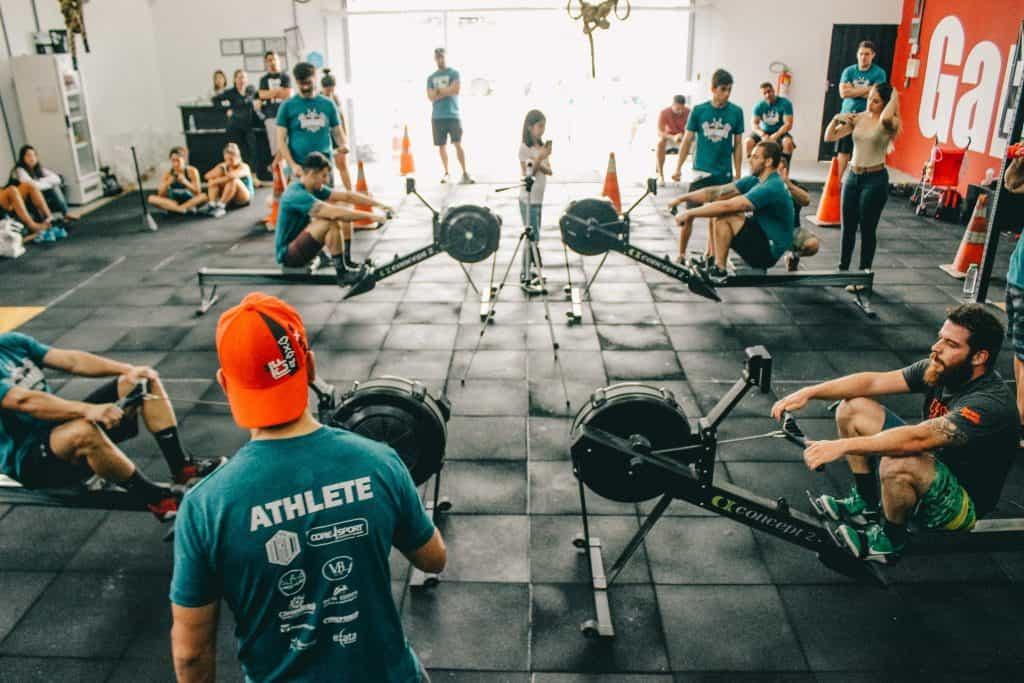 Imagem de um grupo de pessoas praticando crossfit