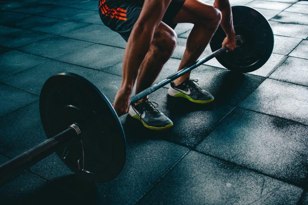 Imagem de uma pessoa praticando levantamento de peso olímpico (LPO), um exercício do crossfit