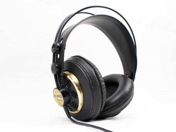 Imagem mostra headset preto em fundo branco.