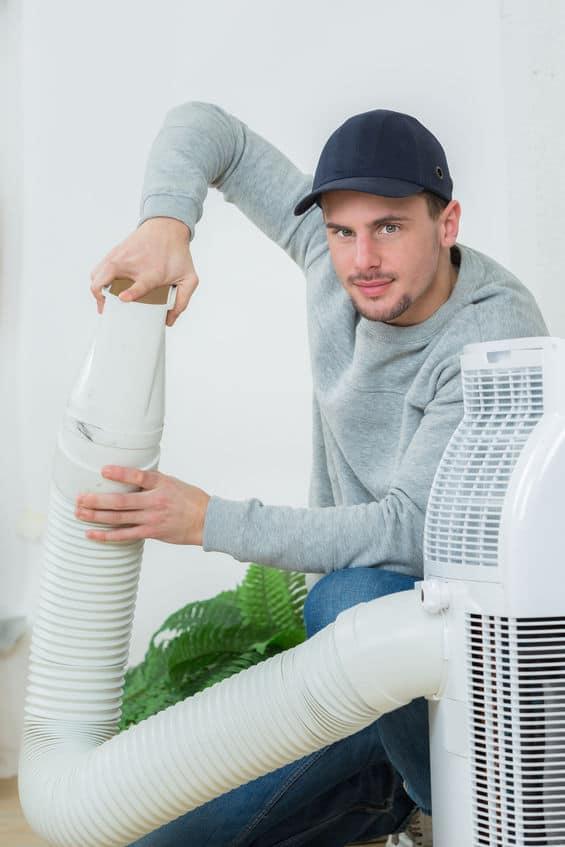homem instalando ar condicionado portátil