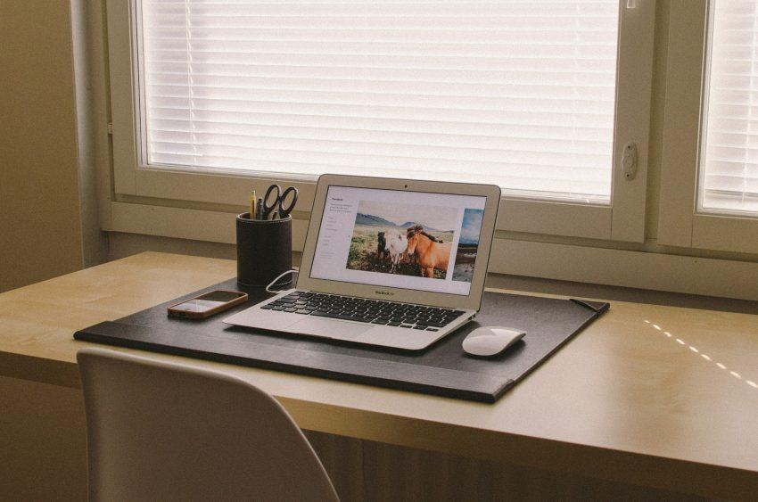 mesa em home office com notebook e mouse sem fio