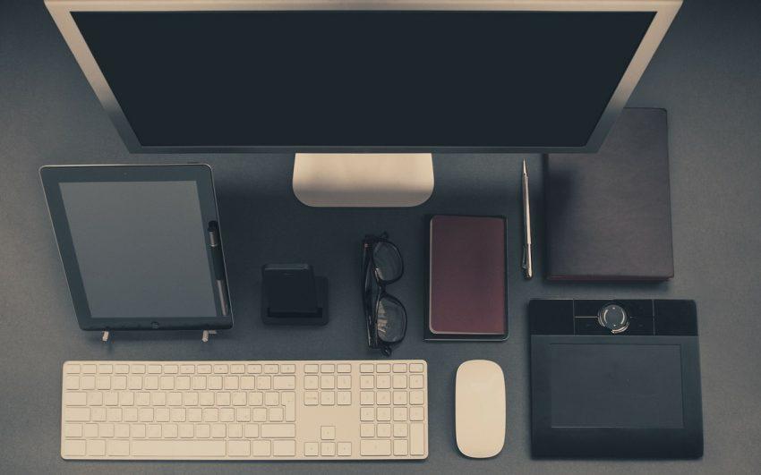 Imagem mostra mouse sem fio em uma workstation.