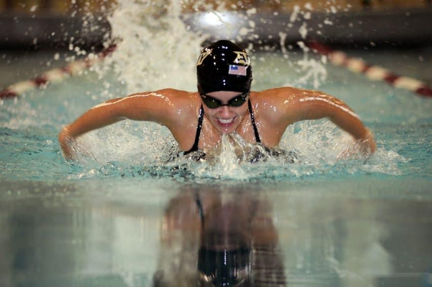 Nadadora profissional dentro da piscina.