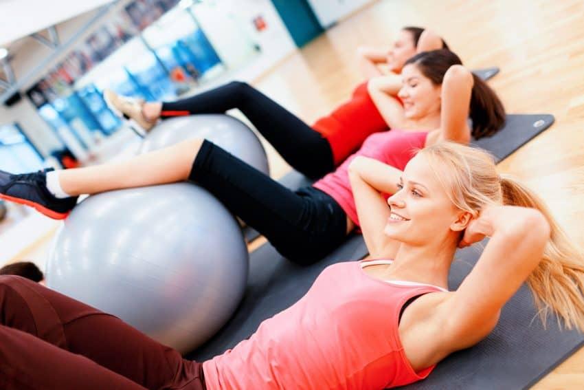 Imagem mostra mulheres praticando pilates com sua bola.