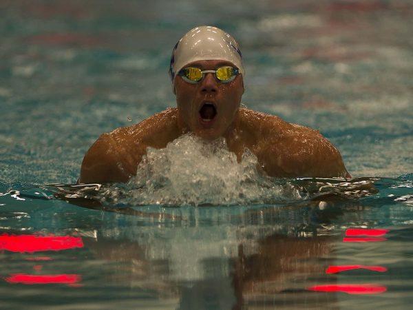 Nadador profissional dentro da piscina.