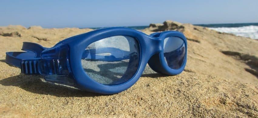 Óculos de natação com lente transparente.